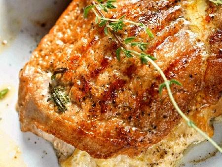 Пълнени свински котлети с гъби и сирене в сметанов сос с бяло вино - снимка на рецептата